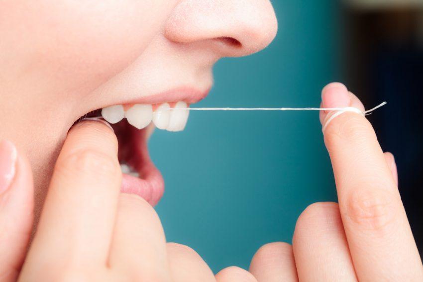 Les techniques pour utiliser son fil dentaire correctement